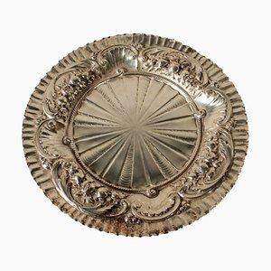 Plato antiguo de plata con adornos en relieve, década de 1800