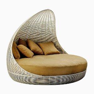 Sofá cama de exterior en blanco con cojín en color arena de VGnewtrend