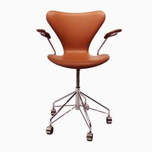 Sedia da scrivania nr. 3217 in pelle color cognac di Arne Jacobsen per Fritz Hansen, Danimarca, anni '80