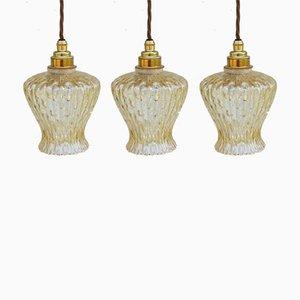 Französische Mid-Century Deckenlampen aus Messing & farbigem Glas, 3er Set