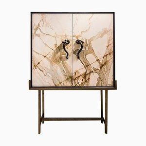 Mesita de noche Ermes Capsula de mármol Paonazzo, cerezo y latón de FiammettaV Home Collection