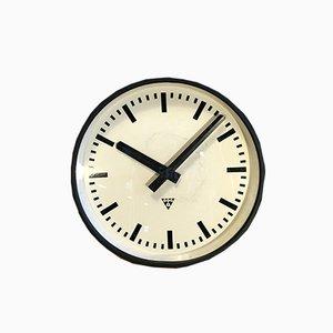 Reloj industrial grande negro de Pragotron, años 60