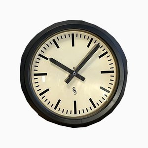 Reloj de pared industrial grande en negro de Siemens, años 50