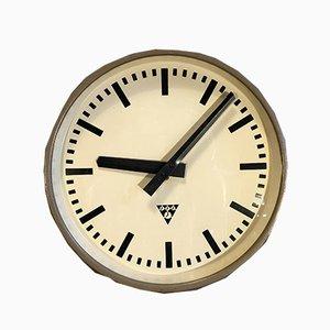 Reloj de pared industrial marrón de Pragotron, años 60