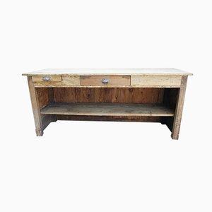 Antike Ladentheke mit offenen Regalen und Schubladen