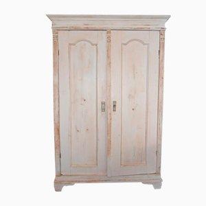 Antiker Kleiderschrank aus gestrichenem Holz
