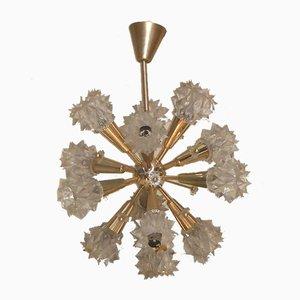 Lámpara de araña francesa de estilo barroco de latón dorado y plástico, años 70
