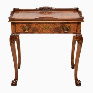 Mesa auxiliar antigua con tablero de nogal nudoso