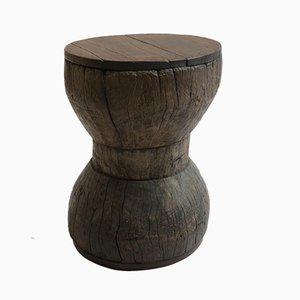 Taburete antiguo de madera hecho a mano