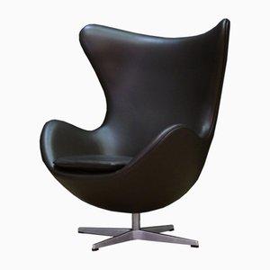 Egg chair girevole in alluminio e pelle di Arne Jacobsen per Fritz Hansen, Danimarca, anni '80