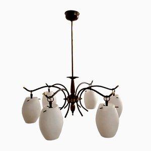 Lámpara de araña italiana de bronce y vidrio opalino, años 50