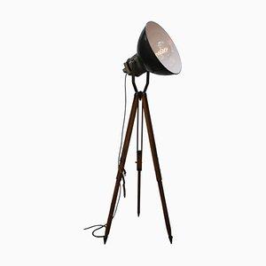 Lámpara de pie industrial vintage de madera y esmalte negro con trípode, años 50