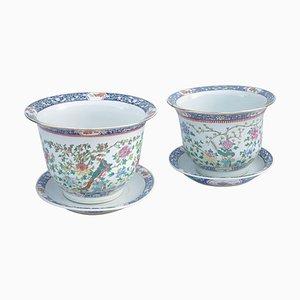Macetas chinas de porcelana con platillos, década de 1900. Juego de 2