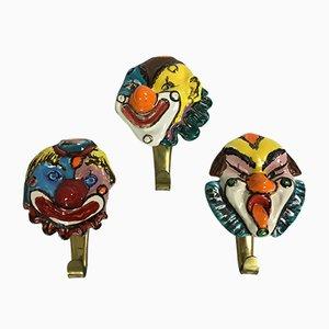 Ganchos de latón con cabezas de payaso de cerámica, años 50. Juego de 3