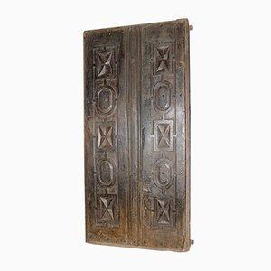 Puerta doble antigua tallada