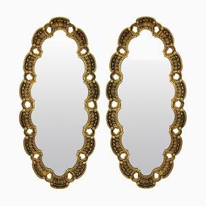 Espejos italianos Mid-Century ovales de madera dorada, años 50. Juego de 2