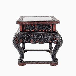 Kleiner antiker ziselierter chinesischer Tisch mit Pfingstrosen-Dekoration