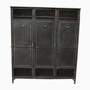 Mueble industrial antiguo con tres puertas de metal remachado, década de 1900