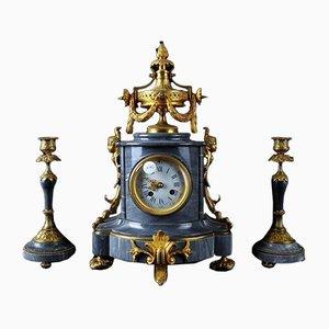 Trio bestehend aus Uhr und zwei Kerzenhaltern aus grauem Marmor & vergoldeter Bronze