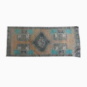 Kleiner türkischer Teppich mit niedrigem Flor, 1970er