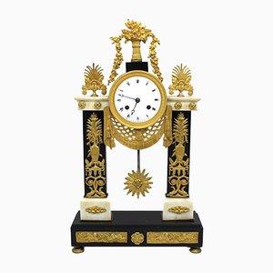 Reloj de péndulo francés estilo imperio de bronce dorado y mármol, siglo XIX