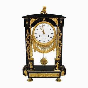 Reloj de péndulo francés de bronce dorado y mármol, siglo XVIII