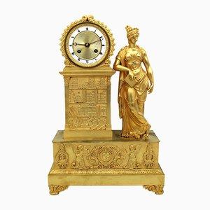 Reloj de péndulo francés estilo imperio de bronce dorado, siglo XIX