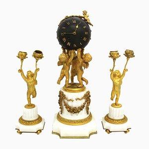 Orologio Napoleone III in bronzo dorato e marmo con due portacandele, XIX secolo, Francia
