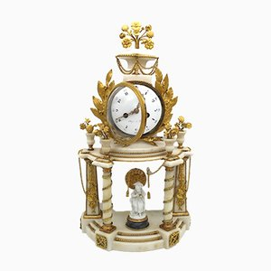 Orologio a pendolo Luigi XVI in bronzo dorato, marmo e porcellana, Francia, XVIII secolo