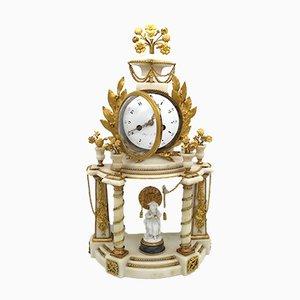 Reloj de péndulo francés Luis XVI de bronce dorado, mármol y porcelana, siglo XVIII