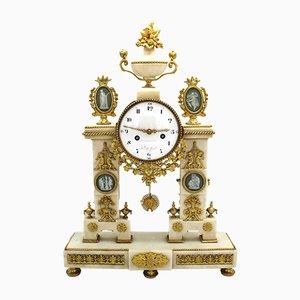 Reloj de péndulo francés Luis XVI de bronce dorado y mármol, siglo XVIII