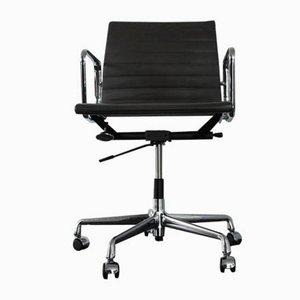 EA 117 Schreibtischstuhl mit verchromtem Gestell & Ledersitz von Charles & Ray Eames für Vitra, 2000er