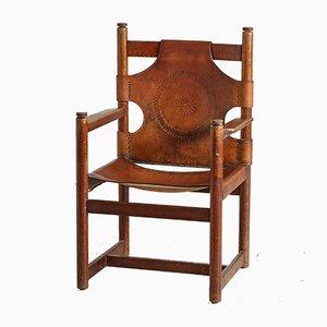 Sillón vintage de cuero y roble hecho a mano con decoración folclórica, años 70