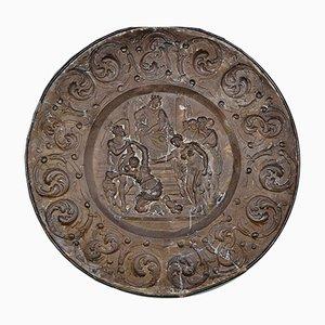 Antiker französischer Teller aus geprägtem Messing