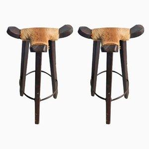 Taburetes altos vintage de madera con asientos de cuero de vaca. Juego de 2