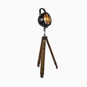 Umgewandelte industrielle Scheinwerferlampe auf antikem Stativ