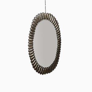 Espejo de pared italiano oval Mid-Century de vidrio y latón, años 50
