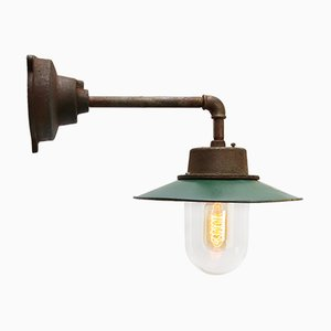 Grün emaillierte industrielle Vintage Wandlampe aus Gusseisen, 1950er