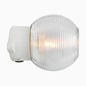 Industrielle Vintage Wandlampe aus Porzellan & gestreiftem Glas, 1950er