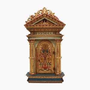 Goldfarbener antiker deutscher Schrank im Barockstil