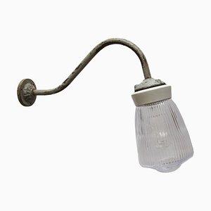 Industrielle Vintage Wandlampe aus Opalglas, weißem Porzellan & Gusseisen, 1950er