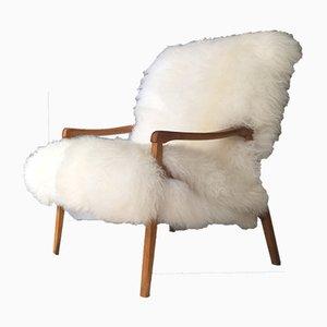 Butaca de madera curvada y piel de oveja blanca de TON, años 60