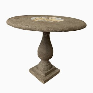 Tavolo da giardino antico in pietra con medaglione centrale