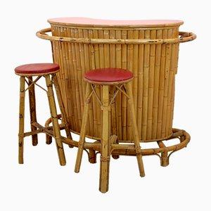 Mueble bar Tiki Mid-Century de bambú y ratán con taburetes