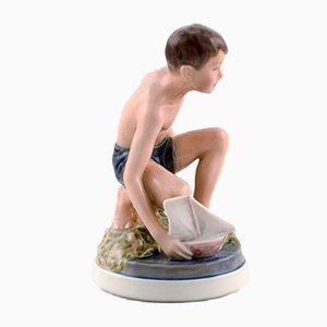 Figura de chico con barco modelo 1245 vintage de porcelana de Dahl Jensen