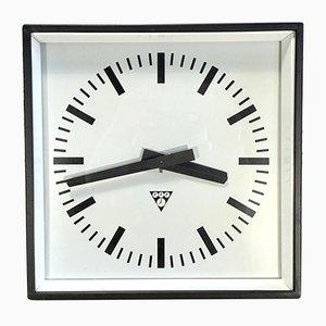 Reloj de pared industrial vintage cuadrado negro de Pragotron, años 70