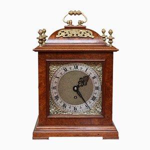 Reloj de soporte antiguo de nudo de nogal