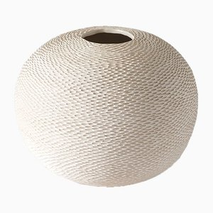 Weiße kugelförmige Pineal Vase von Atelier KAS