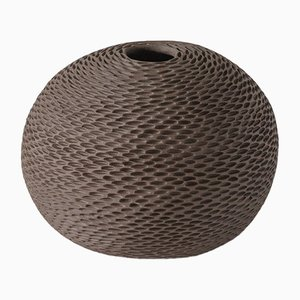 Braune kugelförmige Pineal Vase von Atelier KAS
