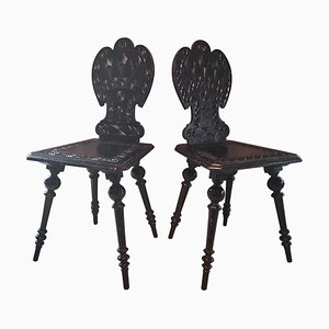 Sillas auxiliares antiguas de madera tallada. Juego de 2